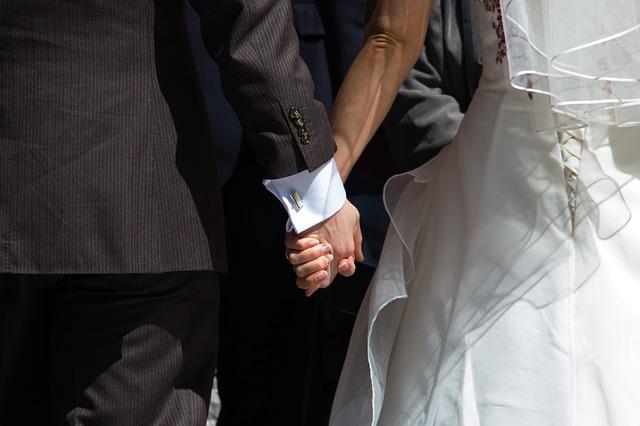 držící se novomanželé